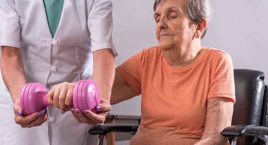 rehabilitacja osób starszych z ciężarkiem