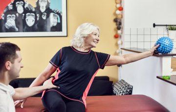 zabieg rehabilitacyjny seniora z piłką